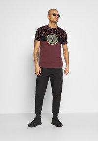 Glorious Gangsta - ELIAN - T-shirt z nadrukiem - burgundy - 1