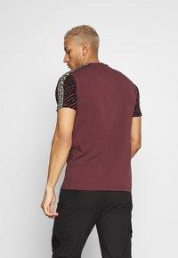 Glorious Gangsta - ELIAN - T-shirt z nadrukiem - burgundy - 2