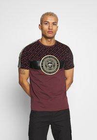 Glorious Gangsta - ELIAN - T-shirt z nadrukiem - burgundy - 0