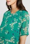 Glamorous Bloom - EASY SHIFT DRESS - Vestido informal - green/lilac