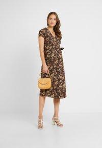 Glamorous Bloom - SHORT SLEEVE TRUE WRAP DRESS - Kjole - brown - 1