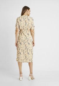 Glamorous Bloom - MIDI V NECK WRAP FLORAL DRESS - Korte jurk - ochre grey - 2