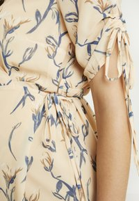 Glamorous Bloom - MIDI V NECK WRAP FLORAL DRESS - Korte jurk - ochre grey - 5