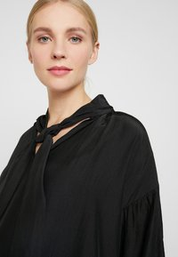 Glamorous Bloom - MINI PUSSYBOW DRESS - Sukienka letnia - black - 5