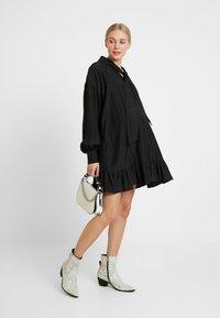 Glamorous Bloom - MINI PUSSYBOW DRESS - Sukienka letnia - black - 2