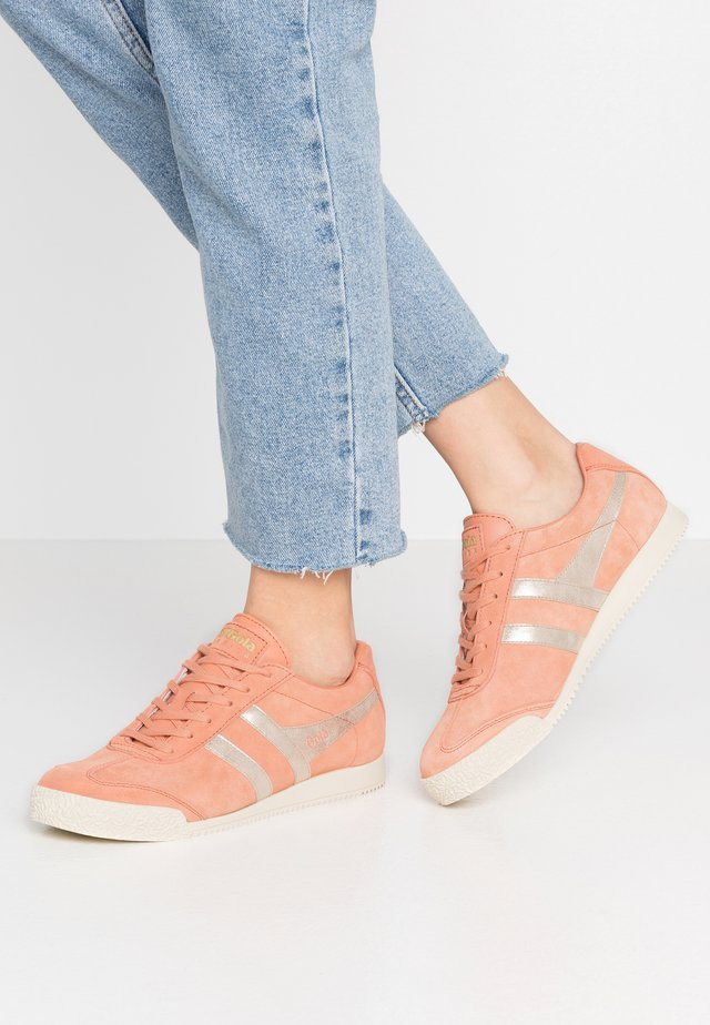 HARRIER MIRROR - Trainers - peach/gold