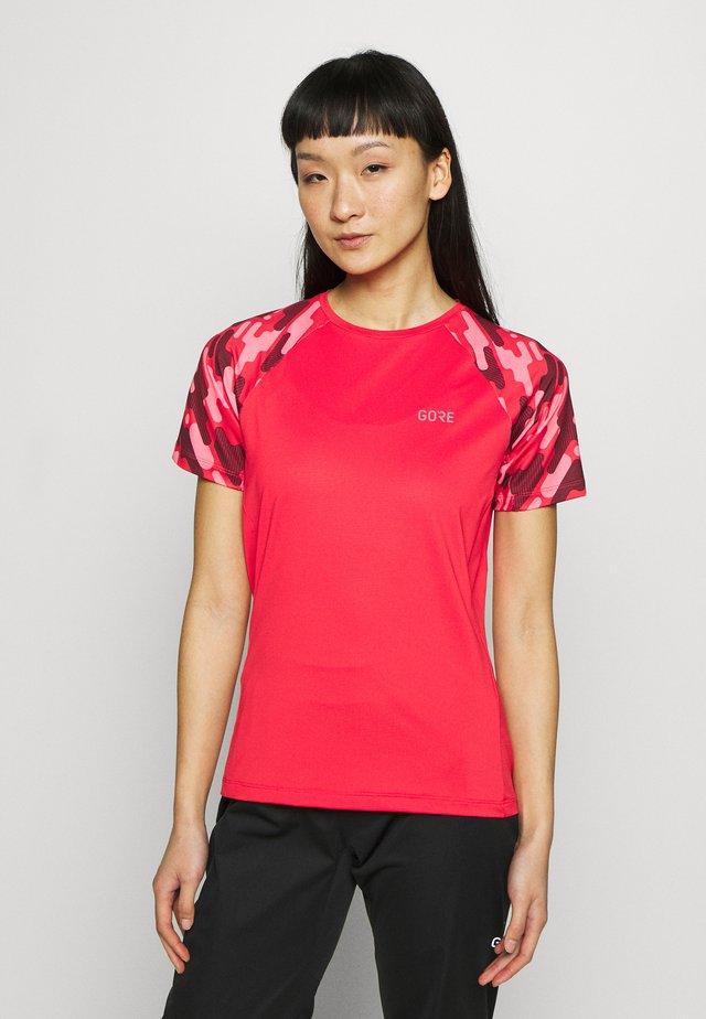 DAMEN TRAIL TRIKOT KURZARM - T-shirt z nadrukiem - hibiscus pink/chestnut red