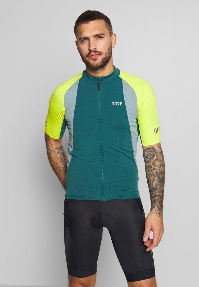 PRO TRIKOT - Print T-shirt - dark nordic blue/citrus green