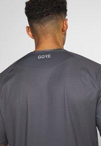 Gore Wear - C5 TRAIL TRIKOT KURZARM - Triko spotiskem - dark graphite grey - 6