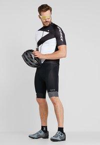 Gore Wear - C5 OPTILINE KURZE TRÄGERHOSE - Tights - black/white - 1