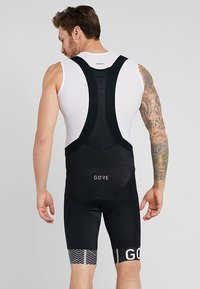 Gore Wear - C5 OPTILINE KURZE TRÄGERHOSE - Tights - black/white - 2