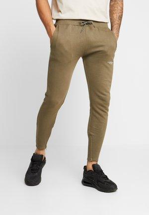 FITTED ESSENTIAL JOGGER - Pantalones deportivos - khaki