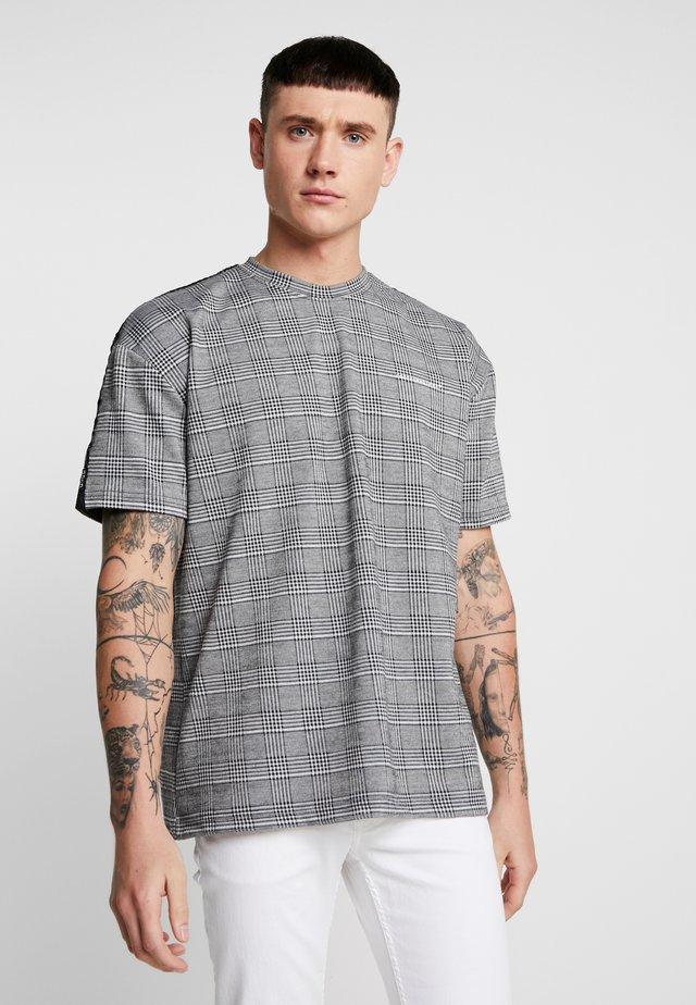 PRINCE OF WALES CHECK TEE - T-shirt med print - grey