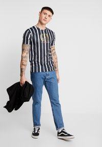 Good For Nothing - FITTED STRIPE  - T-shirts med print - black - 1