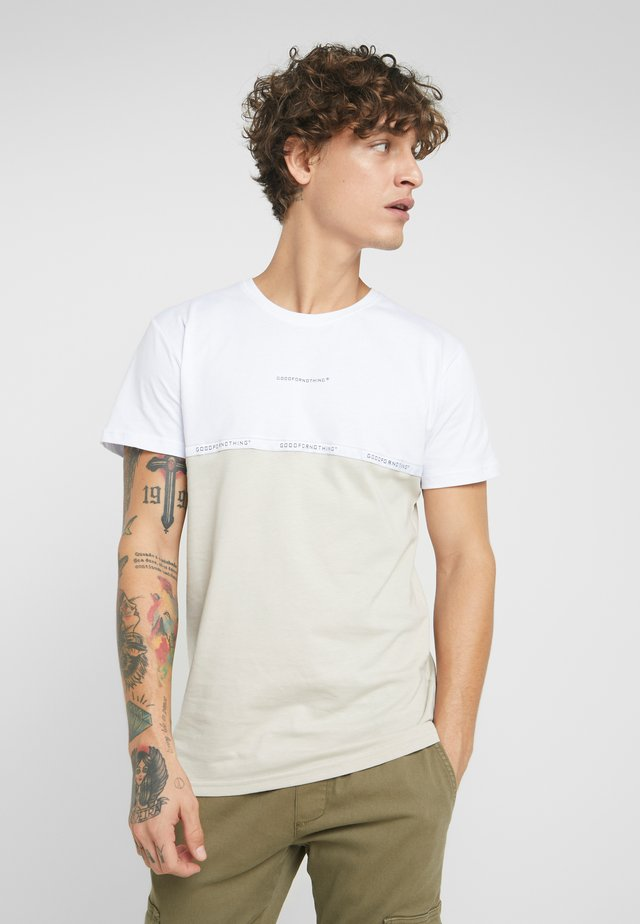 FITTED SPLIT MONOCHROME CAMO WITH BRANDED TAPING - T-shirt med print - white