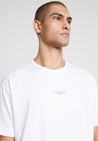 Good For Nothing - ESSENTIAL - T-shirts med print - white - 5