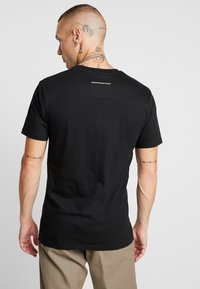 Good For Nothing - FITTED WITH RAISED OUTLINE BUTTERFLY - T-shirt z nadrukiem - black - 2
