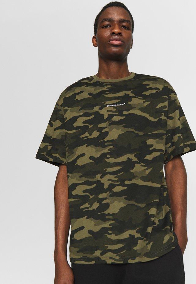OVERSIZED - T-shirt z nadrukiem - camo