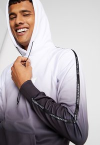 Good For Nothing - FITTED GRADIENT HOOD WITH BRANDED TAPING - Hoodie - black - 8