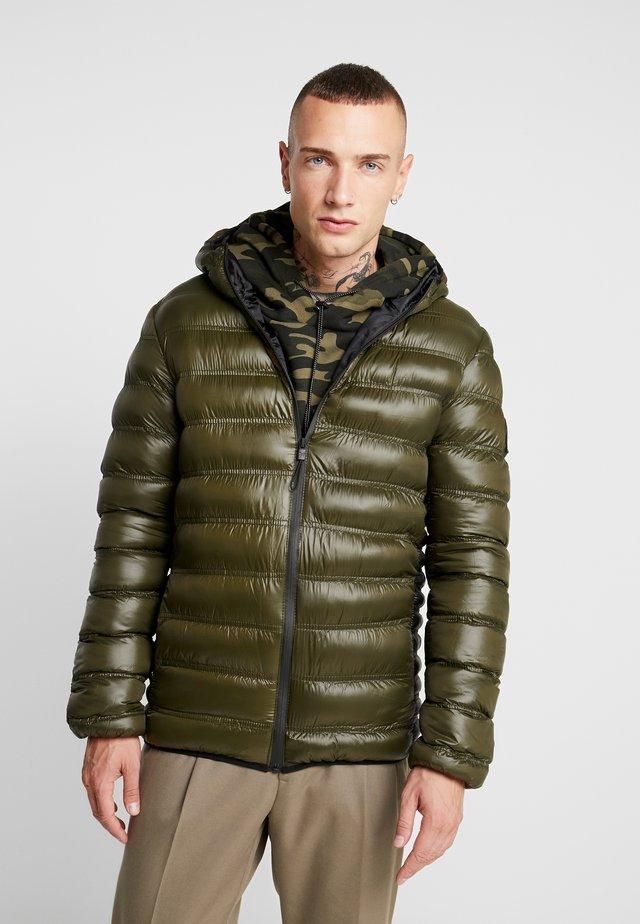 WET LOOK PUFFER JACKET - Lehká bunda - olive