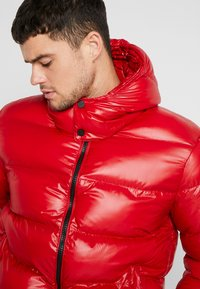 Good For Nothing - WET LOOK PUFFER JACKET - Winterjacke - red - 3