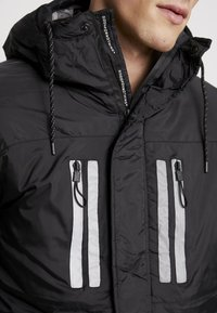 Good For Nothing - REFLECTIVE LONG PUFFER JACKET - Jas - black - 6