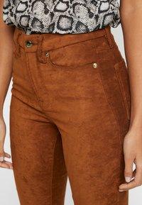 Good American - GOOD WAIST - Trousers - tobacco - 9