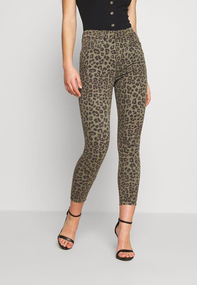 WAIST CROP - Kangashousut - sage leopard