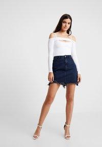 Good American - SKIRT FRAYED HEM - Denim skirt - blue - 3