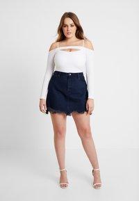 Good American - SKIRT FRAYED HEM - Denim skirt - blue - 5