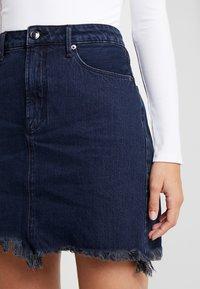 Good American - SKIRT FRAYED HEM - Denim skirt - blue - 8