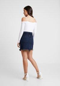 Good American - SKIRT FRAYED HEM - Denim skirt - blue - 4