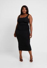 Good American - SQUARE NECK ROUCHED DRESS - Vestido de tubo - black - 1