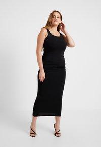 Good American - SQUARE NECK ROUCHED DRESS - Vestido de tubo - black - 5