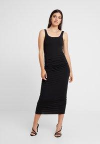 Good American - SQUARE NECK ROUCHED DRESS - Vestido de tubo - black - 0