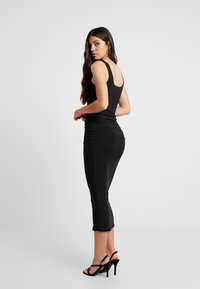 Good American - SQUARE NECK ROUCHED DRESS - Vestido de tubo - black - 4