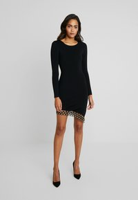 Good American - SCOOP NECK HARDWARE DRESS - Pouzdrové šaty - black - 4