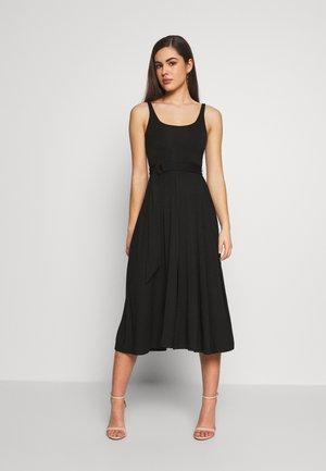 BELTED OPEN FRONT SWING TANK DRESS - Žerzejové šaty - black