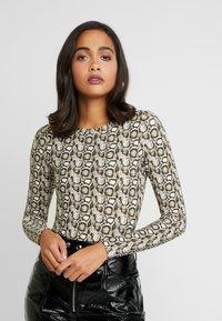 Good American - PRINTED SNAKE CREW - Bluzka z długim rękawem - beige - 0