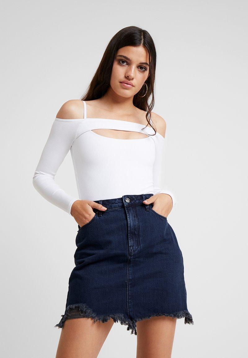 Good American - PEEKABOO OFF SHOULDER BODY - T-shirt à manches longues - white