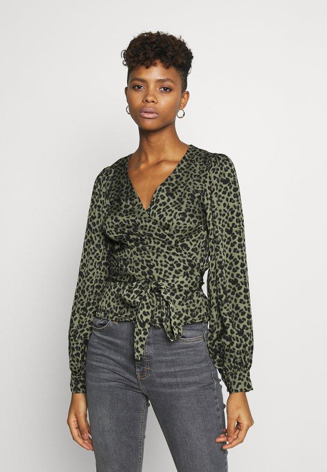 WRAP - Bluser - sage leopard