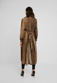Good American - LEOPARD CUFFED ROBE - Płaszcz wełniany /Płaszcz klasyczny - light brown/black - 2