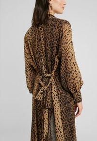 Good American - LEOPARD CUFFED ROBE - Płaszcz wełniany /Płaszcz klasyczny - light brown/black - 4