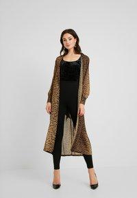 Good American - LEOPARD CUFFED ROBE - Płaszcz wełniany /Płaszcz klasyczny - light brown/black - 1
