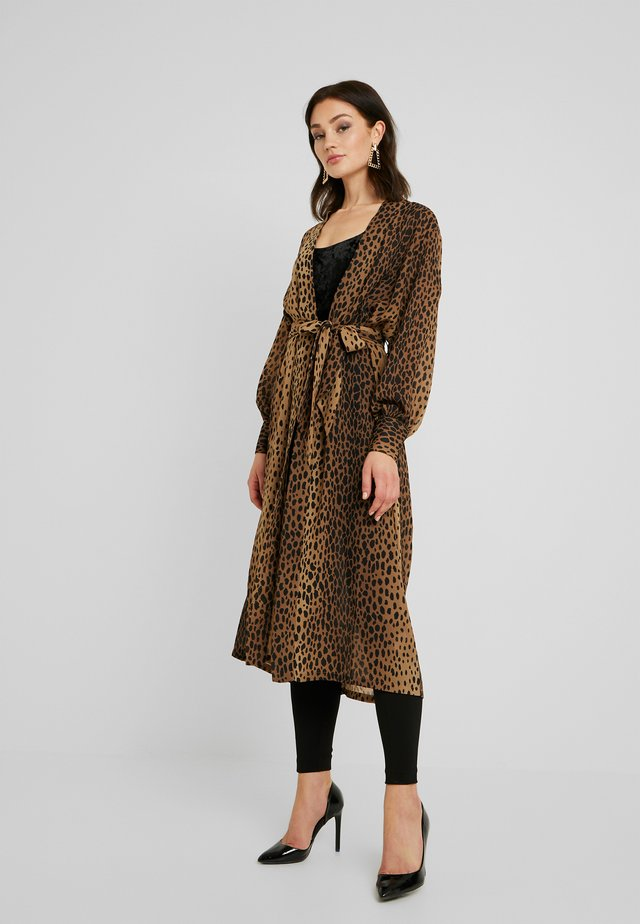 LEOPARD CUFFED ROBE - Mantel - light brown/black