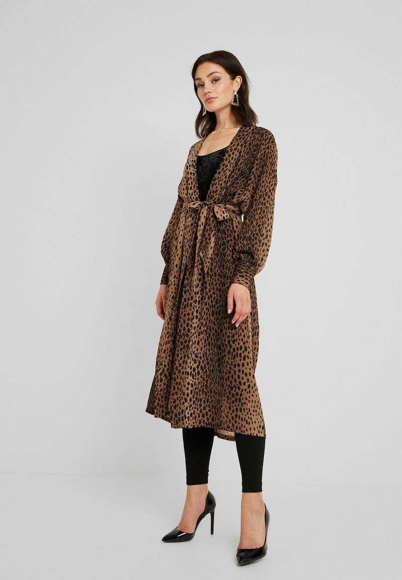 Good American - LEOPARD CUFFED ROBE - Płaszcz wełniany /Płaszcz klasyczny - light brown/black