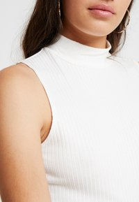 Good American - CROPPED SLEEVELESS MOCK NECK TANK - Top - white - 9