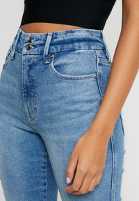 Good American - GOOD TWISTED SEAM - Jeans straight leg - blue - 8