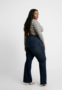 Good American - GOOD - Jeansy Bootcut - blue - 2