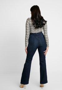 Good American - GOOD - Jeansy Bootcut - blue - 6